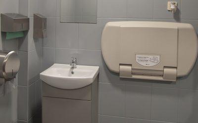resturacja-niko-dabie-szczecin-wnetrze-toaleta-przewijanie-dzieci-min